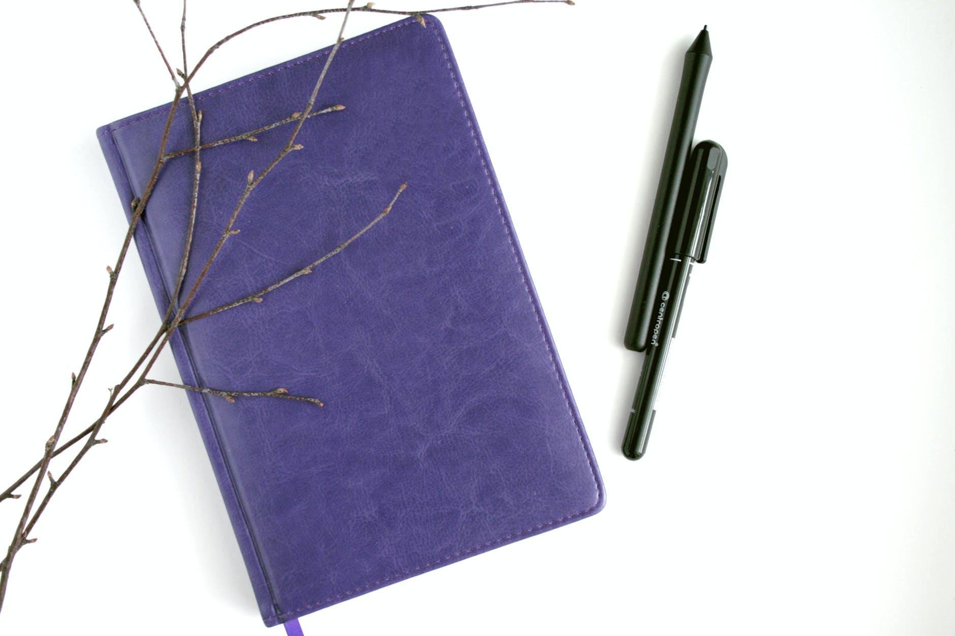 (Re) Ecrivez VOTRE histoire ! Bienvenue !  Je suis Caroline. Je propose de vous accompagner dans l'écriture bien être pour changer votre quotidien un mot à la fois, une page après l'autre. Je vous aide aussi à booster votre imagination en proposant des sujets d'écriture et des ateliers en ligne.